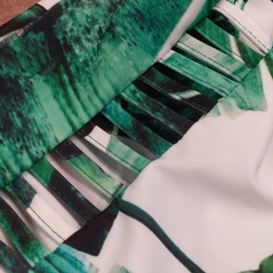 bañador en lyccra ajustable con hojas verdes y fondo blanco
