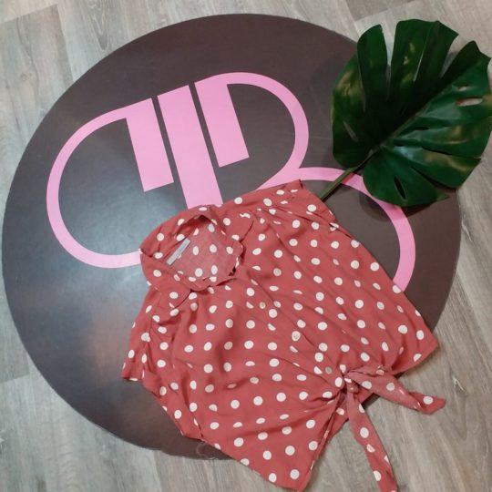 Blusa en color rosa oscura estampada de lunares en color crudo, atada en la cintura muy femenina, esta muy de moda